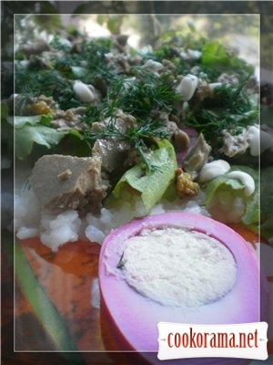 Салат з печінкою тріски на рисі