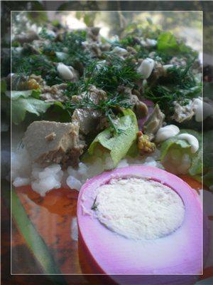 Салат с печенью трески на рисе